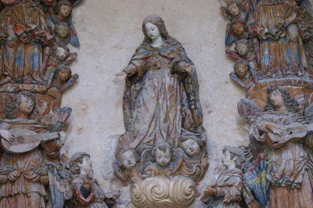 Скульптура Девы Марии в окружении ангелов