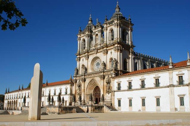Монастырь Алкобаса. Фасад и стелла