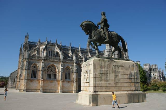 Памятник королю Жуау I перед монастырем Батальи