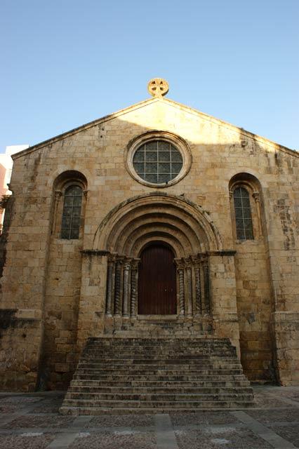 Древняя церковь в историческом центре Коимбры