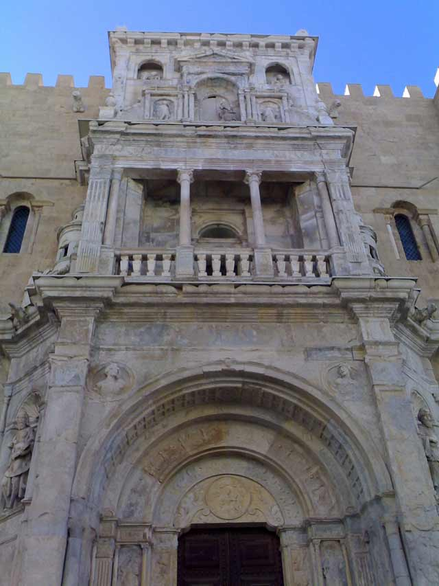 Фасад одной из многочисленных старинных церквей Коимбры