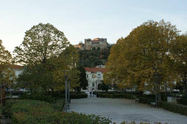 Вид на замок из парка
