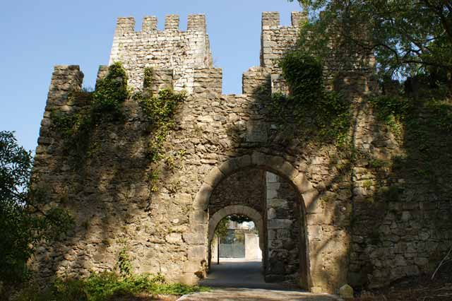 Древние ворота в лейрийский замок.