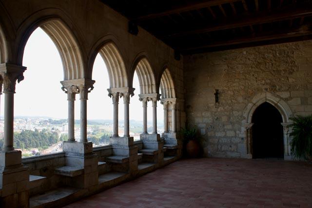 Зала замка с видом на Лейрию